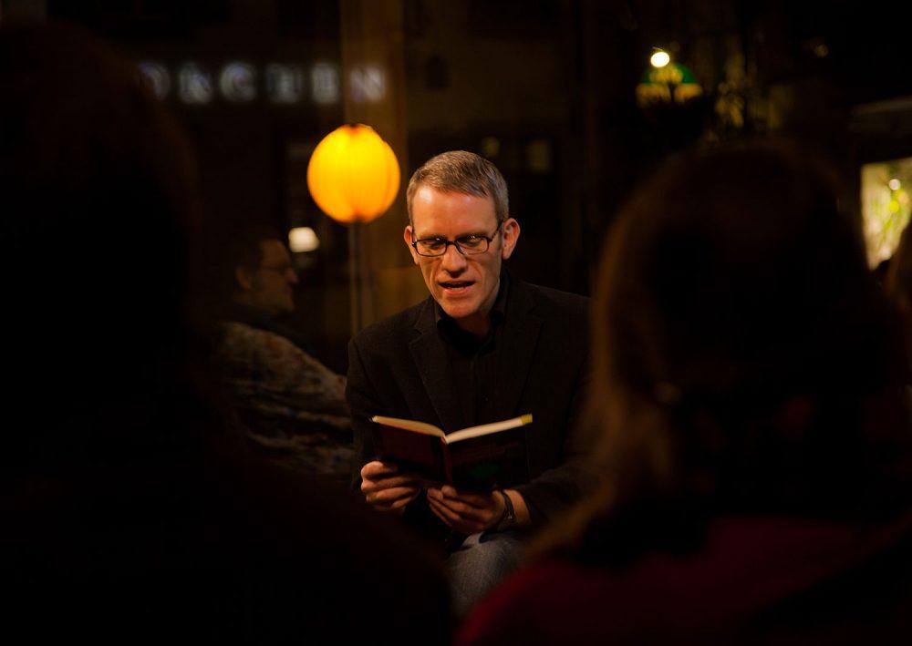 Sebastian Reiss liest auf einer Abendveranstaltung